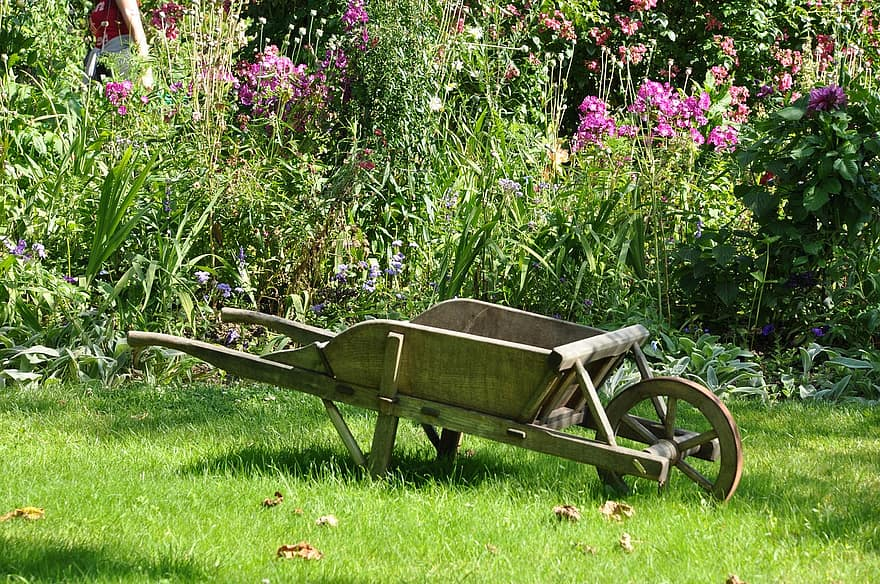 How to Choose the Best Wheelbarrow: Buying Guide & Reviews of Top Rated Wheelbarrows